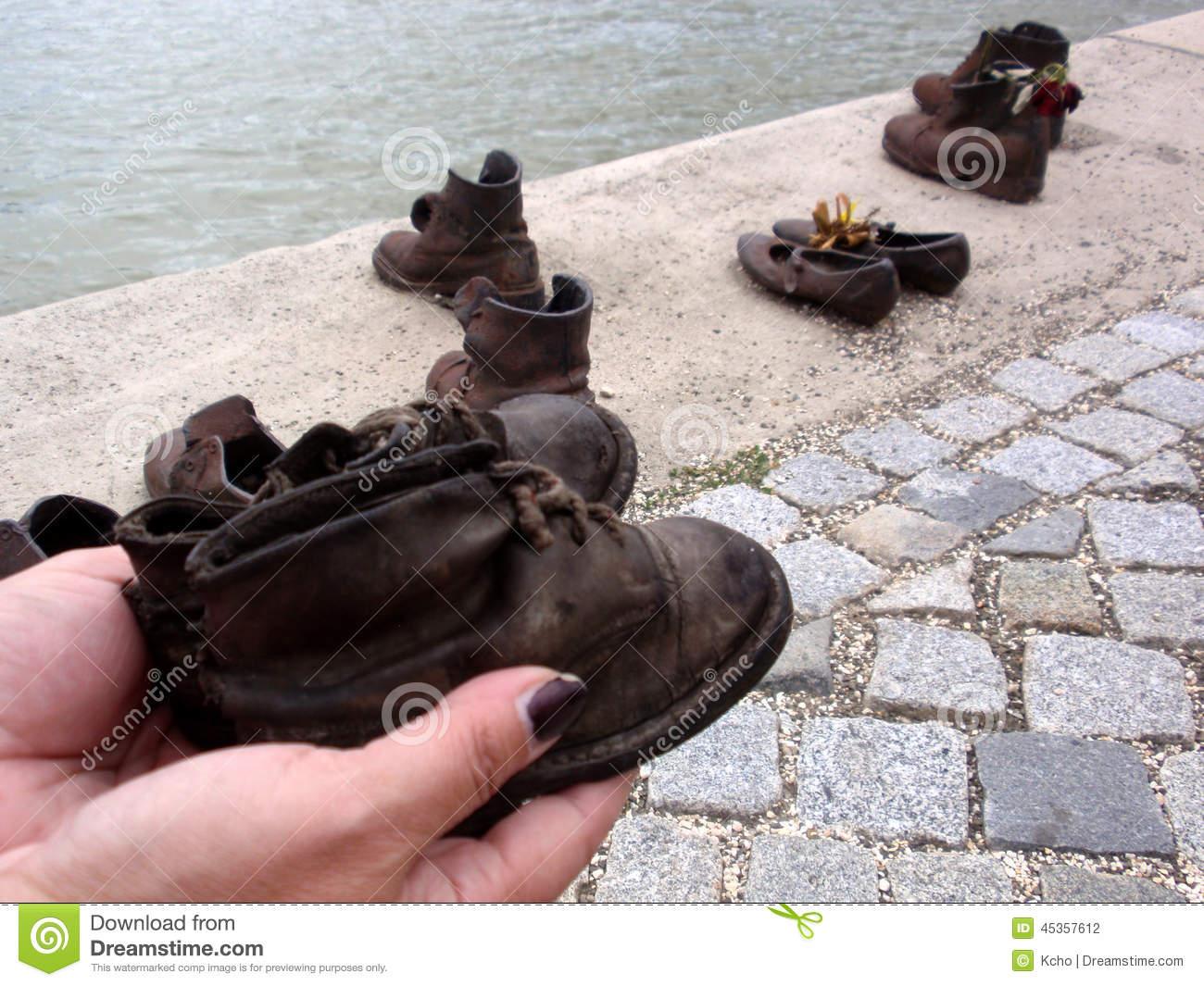 chaussures-sur-le-danube-45357612.jpg